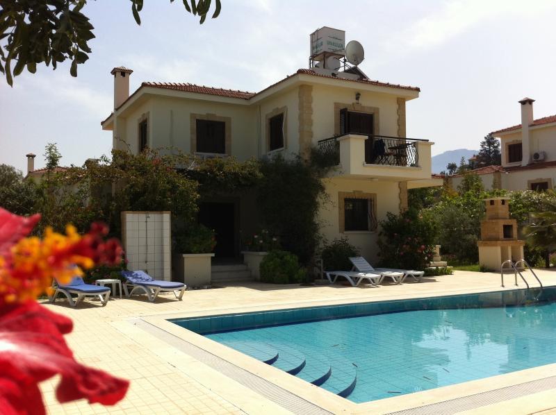 Villa Carob, Catalkoy, Kyrenia Cyprus.Private pool. Free super fast internet, location de vacances à Bellapais