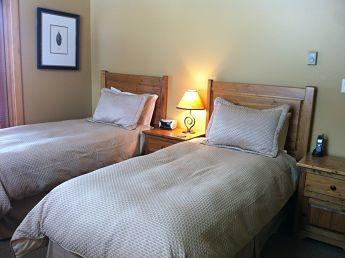 RIDGEVIEW CHALET: Customize the bedrooms in king beds or two twin beds depending on your group's needs