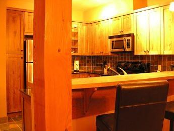 RIDGEVIEW CHALET: Fully equipped kitchen with stainless steel appliances