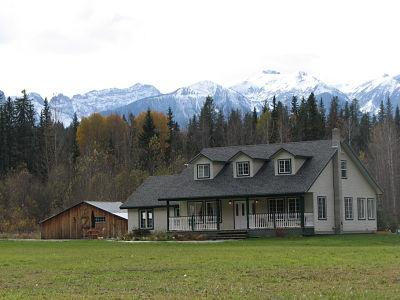 ELKHORN MOUNTAIN RANCH : Located 17 km out of Golden, enjoy this ranch style home in the Blaeberry Valley.