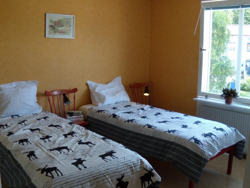 Spacious guest bedroom with 2 comfortable single beds