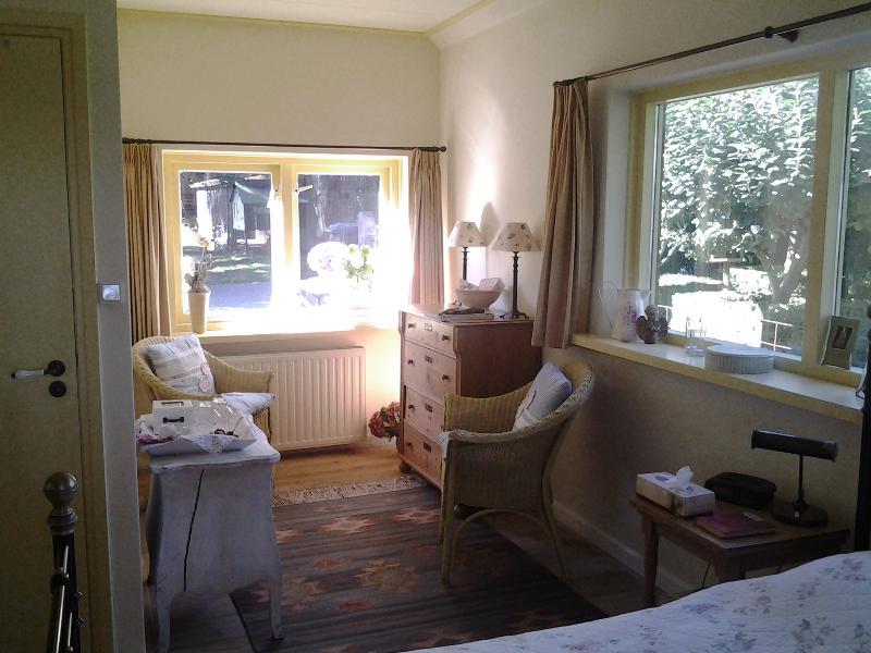 Lounge area guestroom