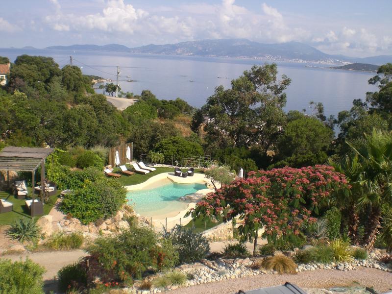 Piscine lagon et vue golfe d Ajaccio