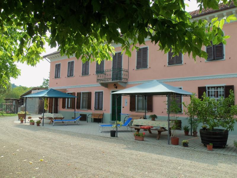 APPARTAMENTO IN CASA DEI CILIEGI II piano terra, alquiler vacacional en Frinco