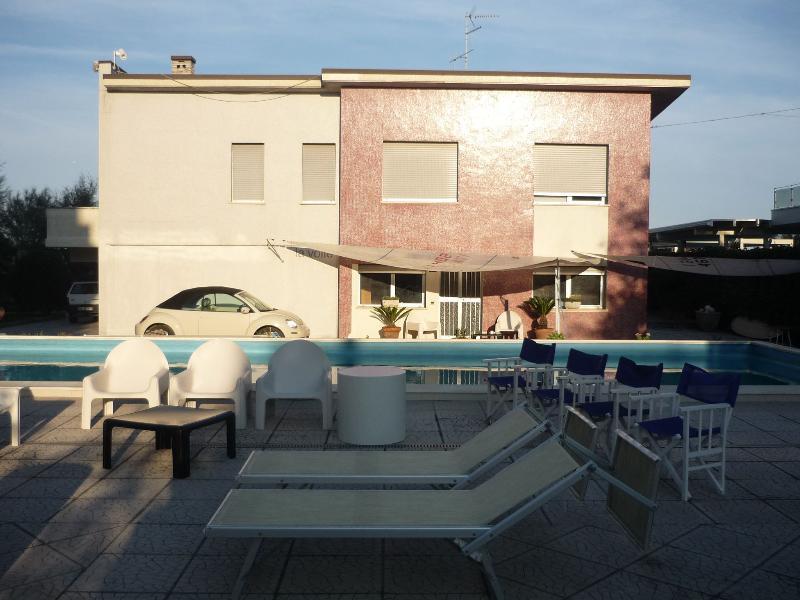 Bilocale in villa con piscina a Lido di Savio, holiday rental in Savio di Ravenna