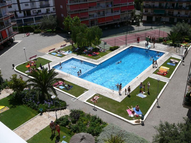 Un oasis frente al Mar Mediterraneo con pista de tenis junto a la piscina