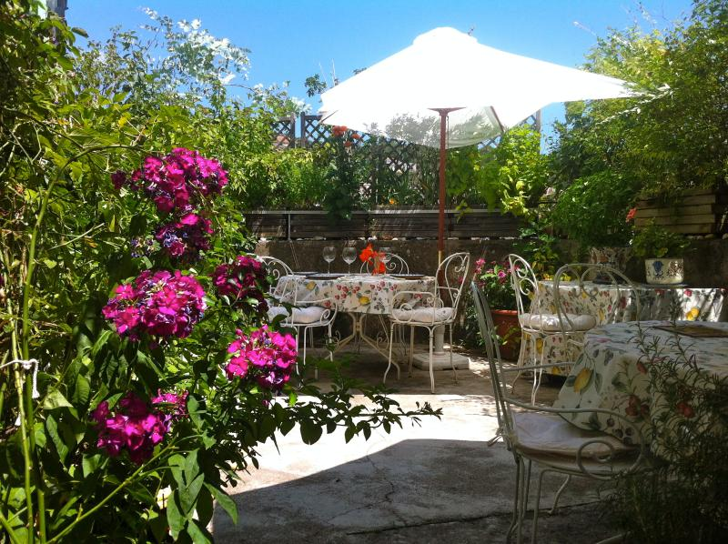 terrasse for diners and breakfasts, cool in the morning and at night