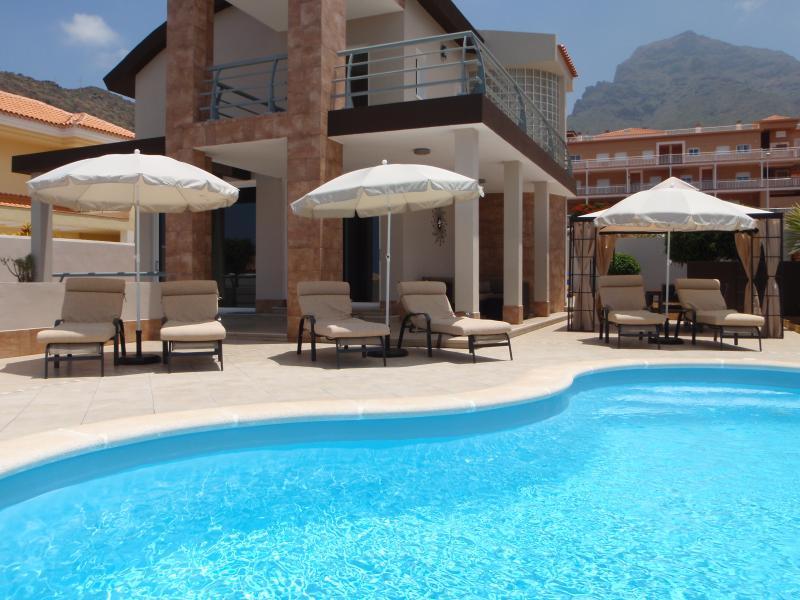 Villa moderna con piscina riscaldata sul mare e sulle montagne.