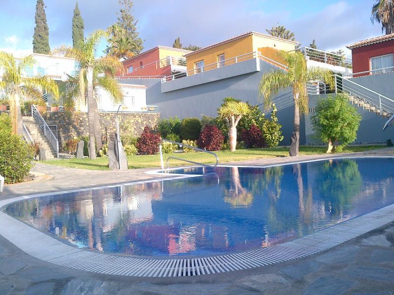 fachada, piscina y jardines