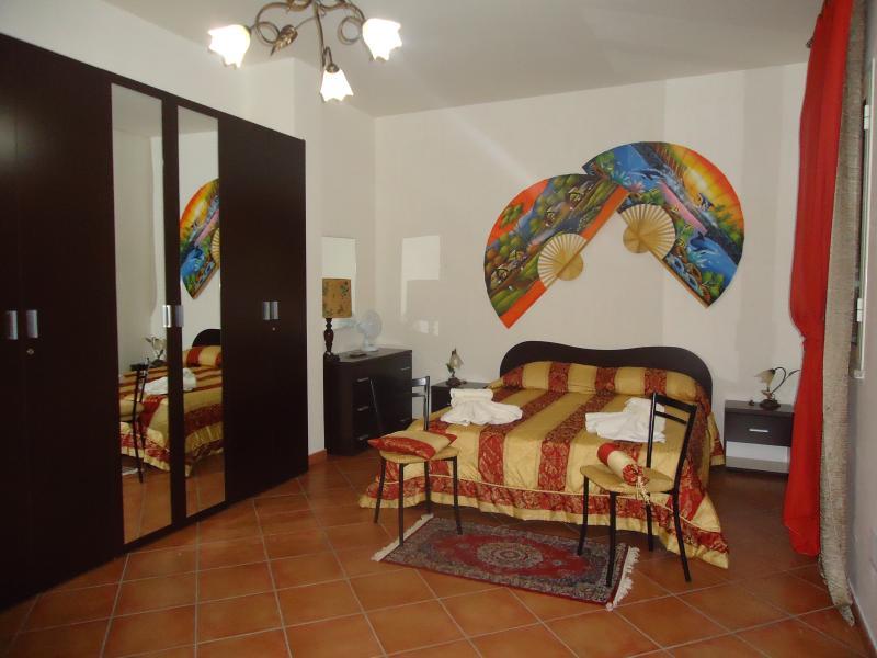 Camera matrimoniale con bagno in camera( possibilità 2 posti : divano letto)