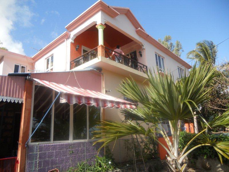 Grande maison avec balcon donnant un beau panorama du lagon