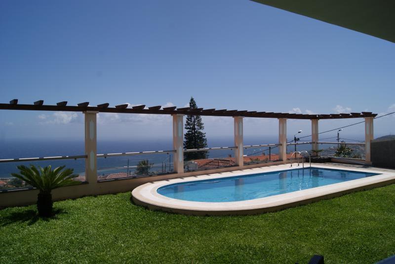 Villa Longueira - Jardín y piscina. Balcón con una excelente vista sobre la bahía de Funchal.
