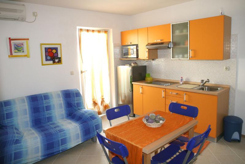 Appartamento vista mare con balcone, holiday rental in Vodice