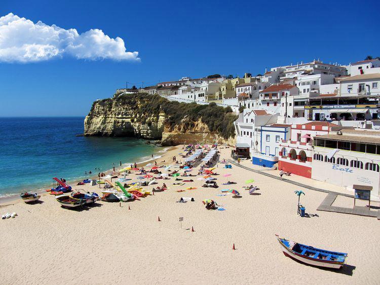 The beach Praia do Carvoeiro is 1,000 m from the villa