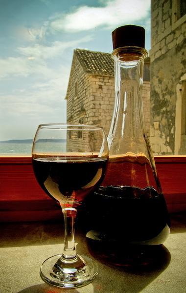 De lokale wijnen zijn beroemde... waarom niet blik uit op de ceorlean blauwe Adriatische zee en gewoon ontspannen