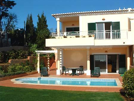 Villa Sol. Spacious end of crescent house with sea views and private pool., alquiler vacacional en Luz