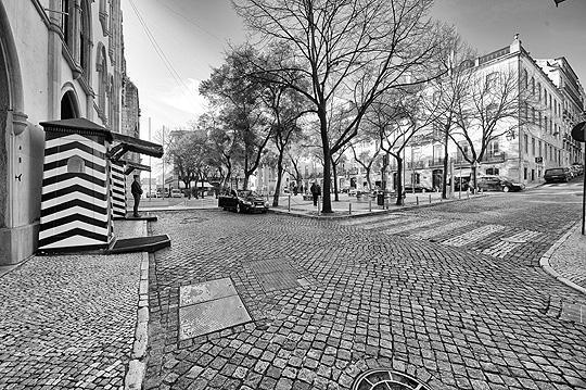 A black & white image from Praça do Carmo