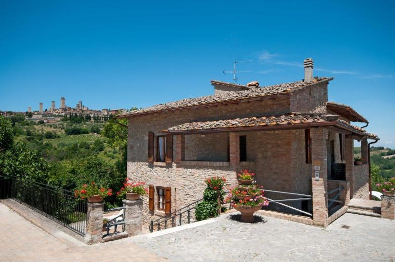 Attractive stone-built villa in extraordinary Tuscan locale, private terrace and swimming pool, incredible views, sleeps up to 9, holiday rental in San Gimignano