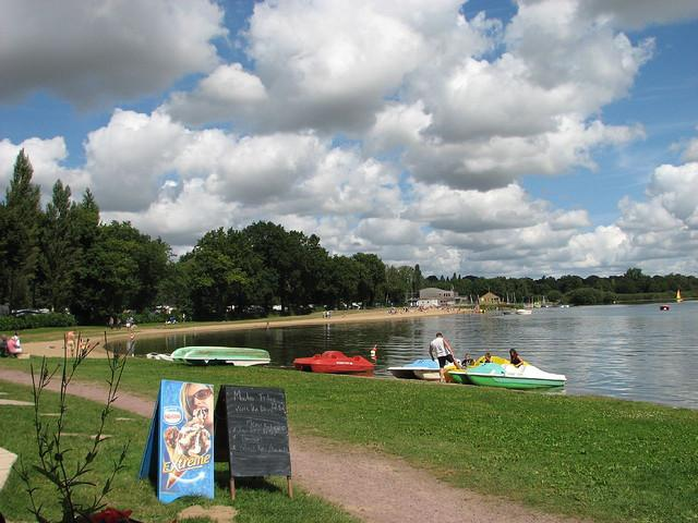 The nearby Dukes Lake is great for swimming, sailing, canoeing, windsurfing, golf, and walks.