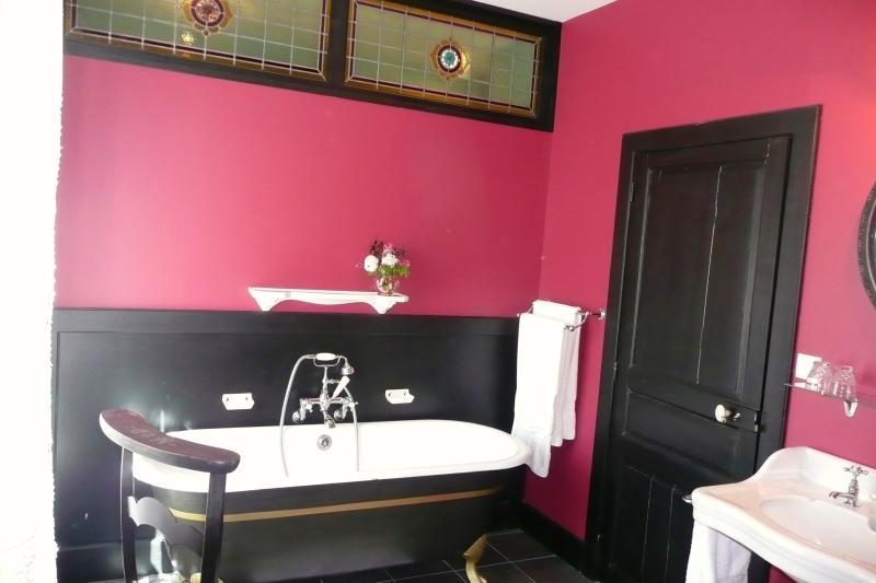 la salle de bains de la chambre rouge