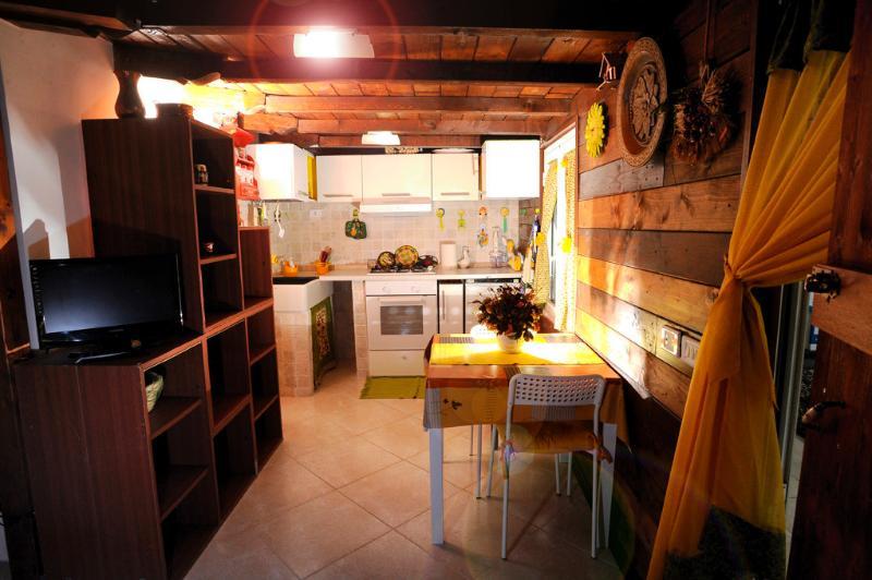 cucina con tavolo