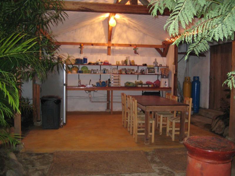 buiten de deur extra keuken voor de gasten om te hangen.
