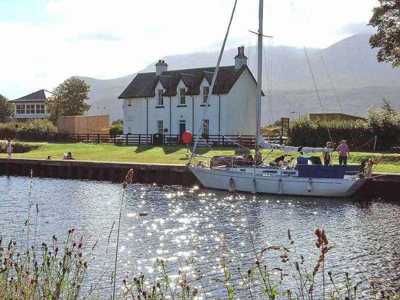 The Lock Keepers Cottage-UPPER DECK, Ferienwohnung in Fort William