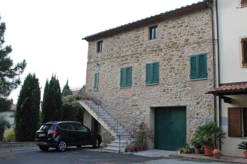 'CASA IN PIETRA A LAJATICO paese di Andrea BO, holiday rental in Riglione