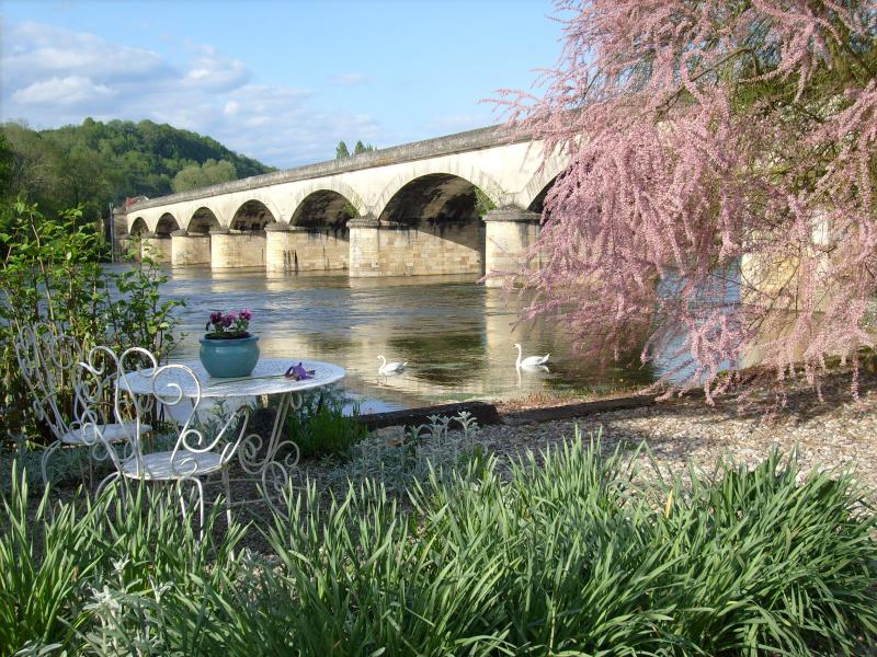 Superbly located on the riverbank of the Dordogne