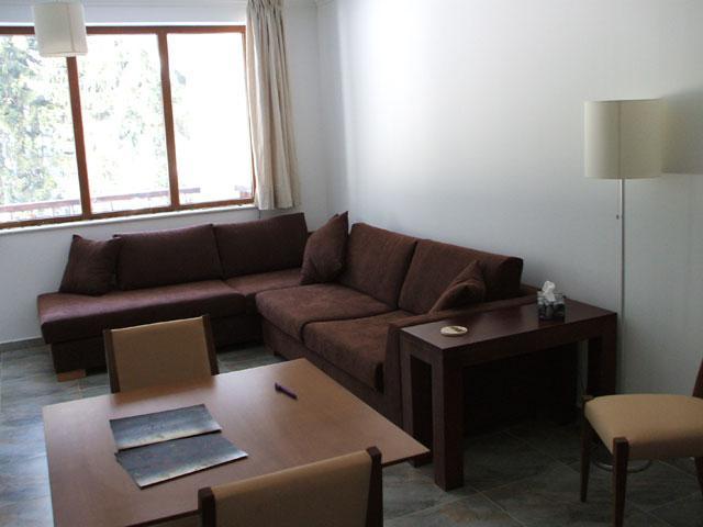 Acolhedora sala de estar com varanda