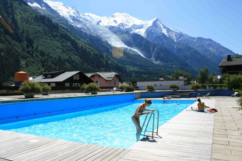 Central Chamonix apartment w pool & Mt Blanc views, holiday rental in Chamonix