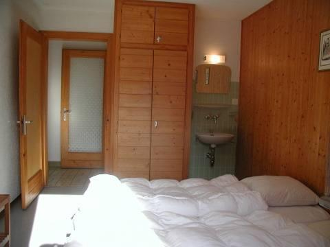 Bedroom 1 with 2 beds and 1 lavabo