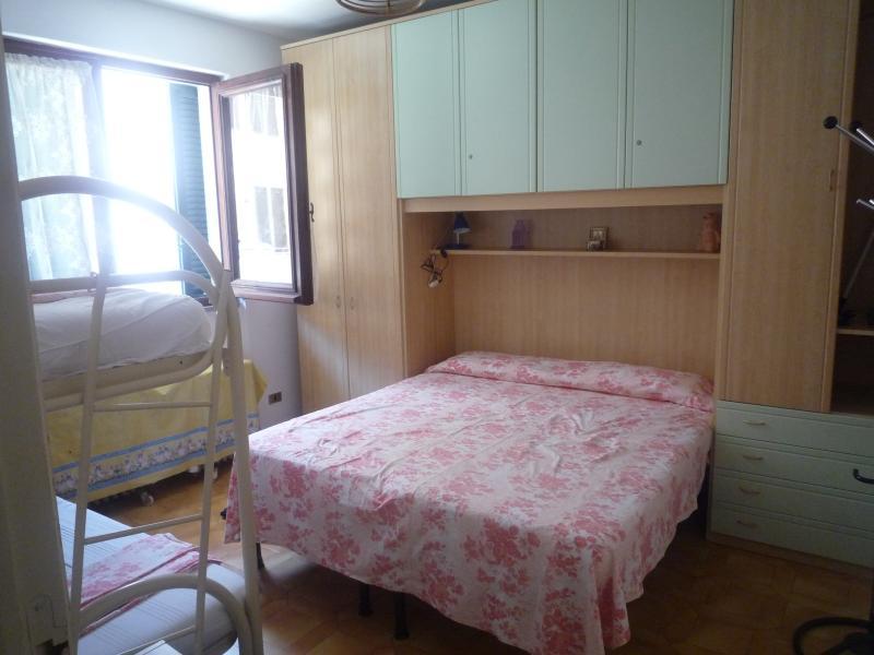 Camera da letto con letto matrimonialoe e letto a castello