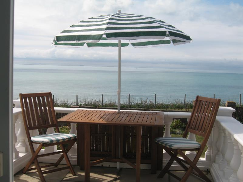Seafront near Brighton - The Promenade with sea, sun and al fresco dining!, vakantiewoning in Seaford