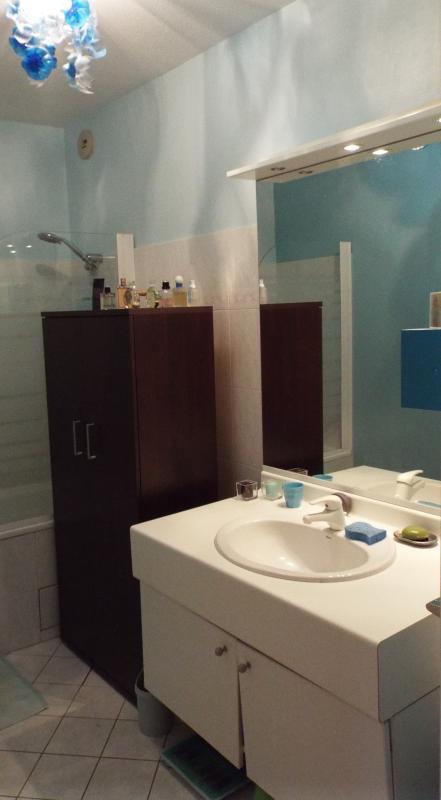 Salle de bains séparée des WC. Baignoire et lavabo. Serviettes et shampooing.