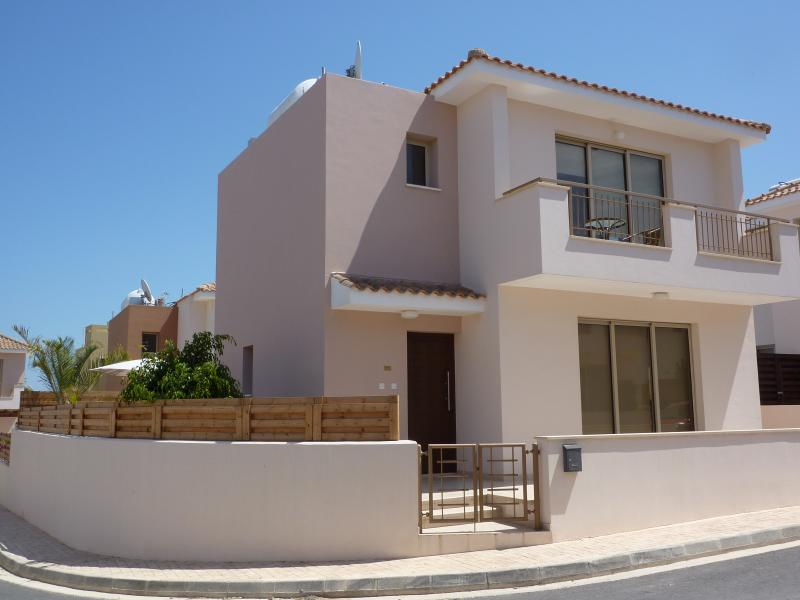 Villa Mimosa, superb location, 5min. walk to shops, restaurants, bars 10min. walk to lovely beach.