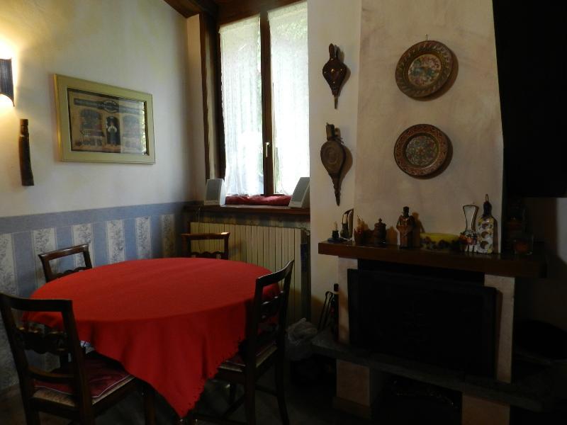 SCENIC FLAT 2br -6 sl. -  SOLEGGIATO, PANORAMICO e SUGGESTIVO - 6 posti letto -, holiday rental in Bardonecchia