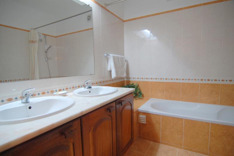 Au rez-de-chaussée salle de bains avec douche baignoire