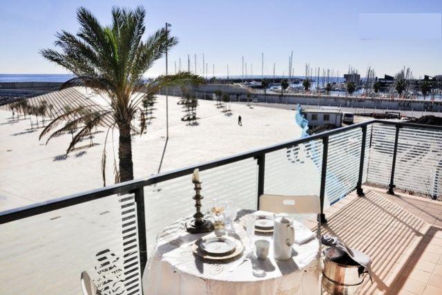 Terraza vista al puerto.