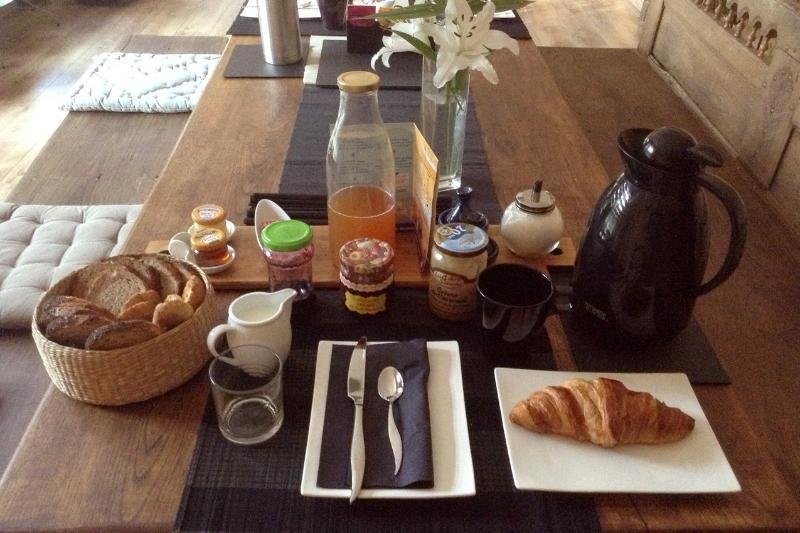 où est servi un copieux petit-déjeuner.