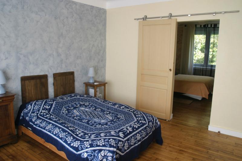 Au 1er étage, la chambre familiale est composée de 2 pièces, pour une capacité maxi de 4 personnes.