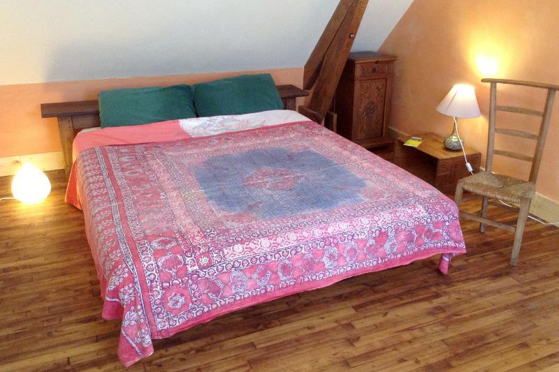 Côté chambre du Loft: un grand lit de 160 sur 200 cm...