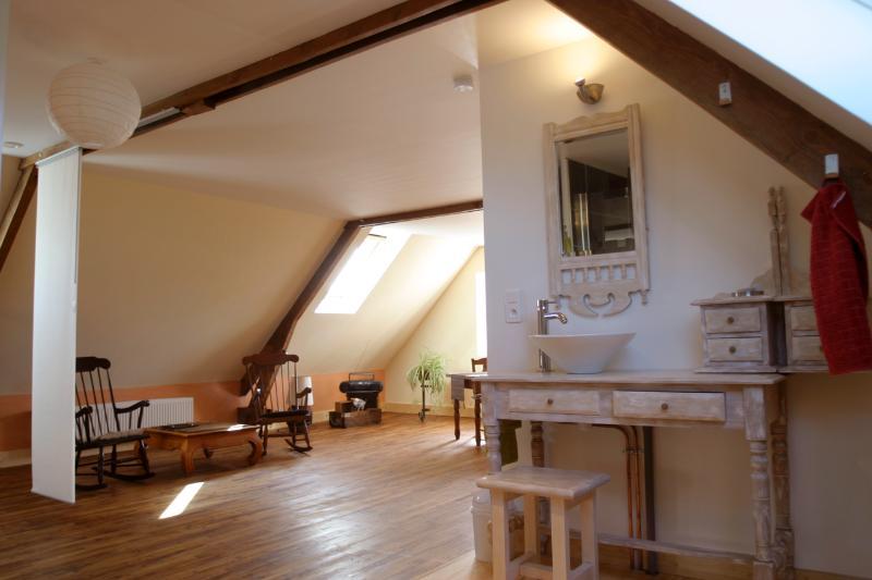 Enfin, une vue de la pièce (le Loft) depuis la salle d'eau, ouverte.