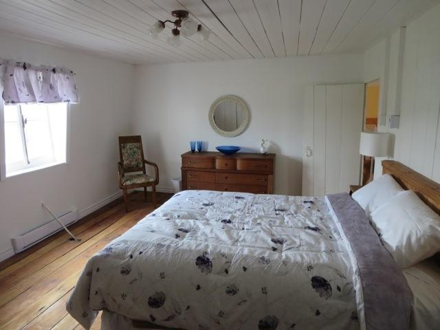 Grande chambre à l'étage avec lit queen douillet