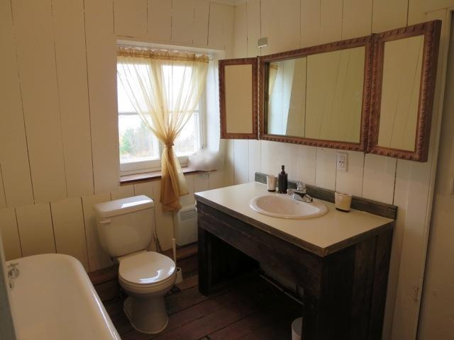 Salle de bain à l'étage avec bain en fonte