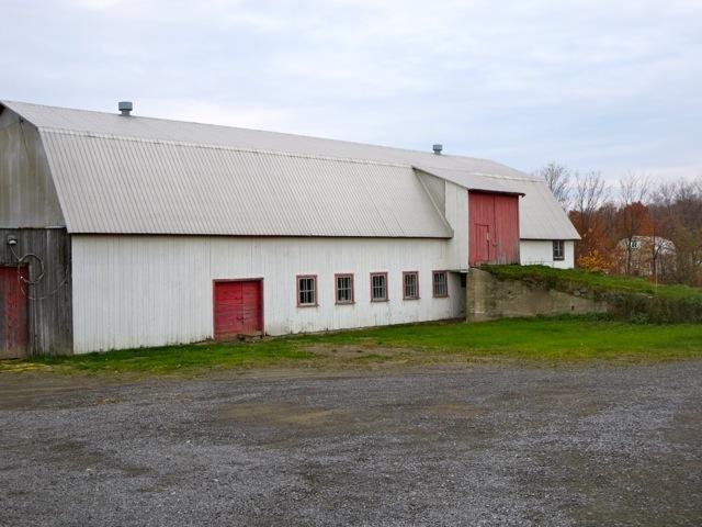 La grange-étable située sur la terre à proximité de la maison