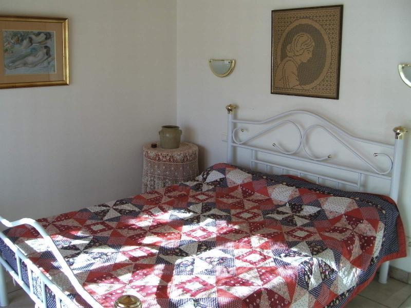quarto com cama de casal e cama para uma criança, armário grande