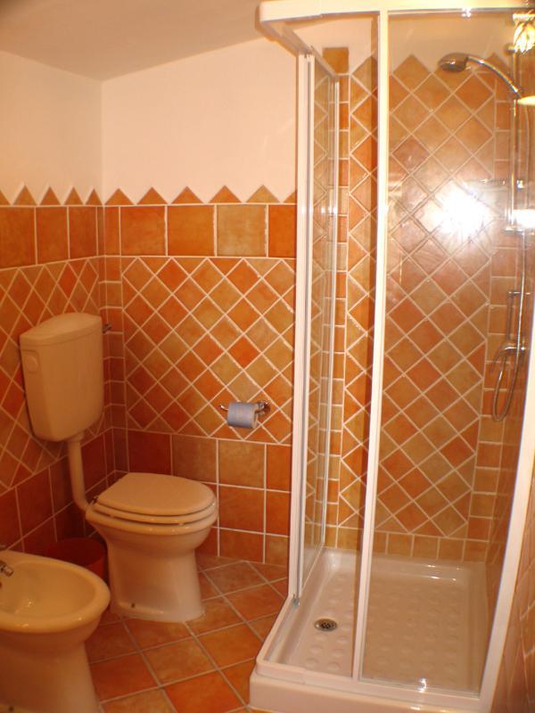 il bagno arancio per la camera arancio di Villa Sprafundu a La Maddalena