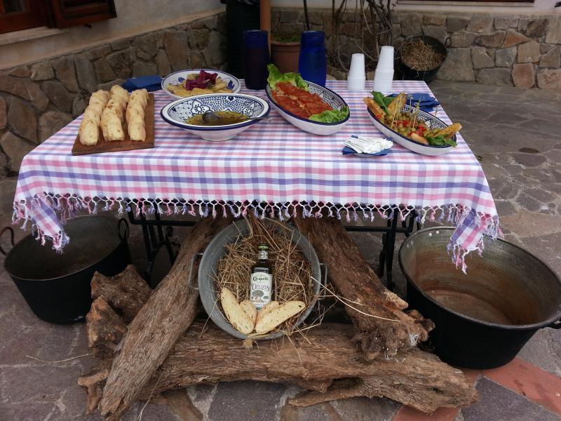 Stuzzichini di benvenuto con sfincione ,pane e olio, olive condite e focaccia rustica