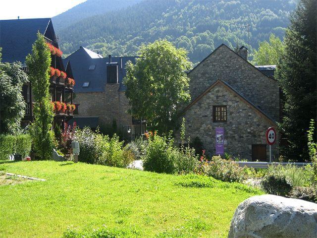 Casa rustica grande en Artíes frente al rio ,chime, holiday rental in Gessa